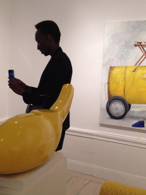 I bakgrunden ses PG Thelander målning. I förgrunden Sam Westerholms klargula blanka skulptur.