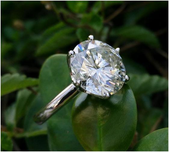 Förlovningsring i vitt guld med naturlig diamant, 6.53ct. Utrop: 574 000 SEK. Auktionen avslutas 27:e mars