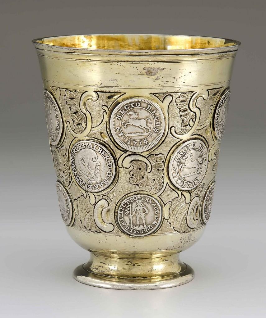Berliner Münzbecher teilvergoldetem Silber, H: 10cm, Meister MARTIN FR. MÜLLER (um 1706 - 1780) Mindestpreis: 7.500 EUR