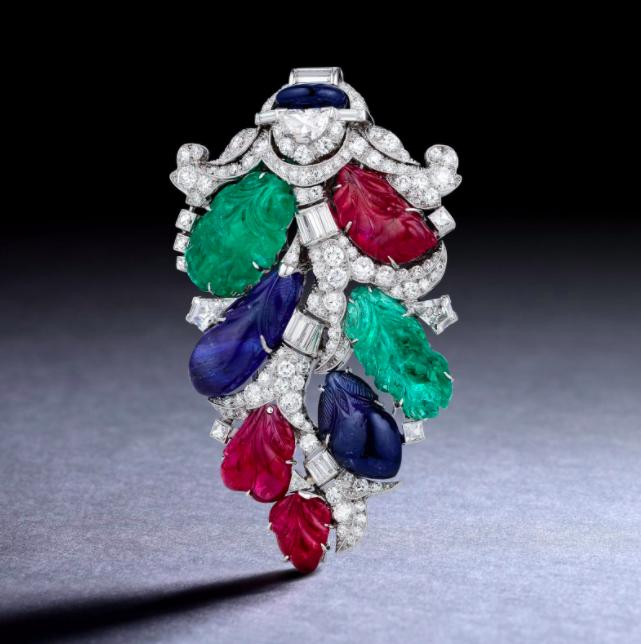 Broche Art Déco par Oscar Heyman, rubis, émeraudes, saphirs et diamants, image ©Fortuna