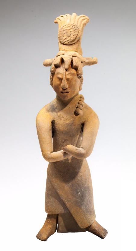 Statuette anthropomorphe, elle présente un dignitaire debout portant un pagne enroulé autour de la taille Maya, Ile de Jaïna, Mexique, époque classique, 550-900 après JC