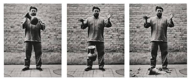 Ai Weiwei, som släpper en urna från Handynastin i marken (1995-2004) Foto: Sotheby's
