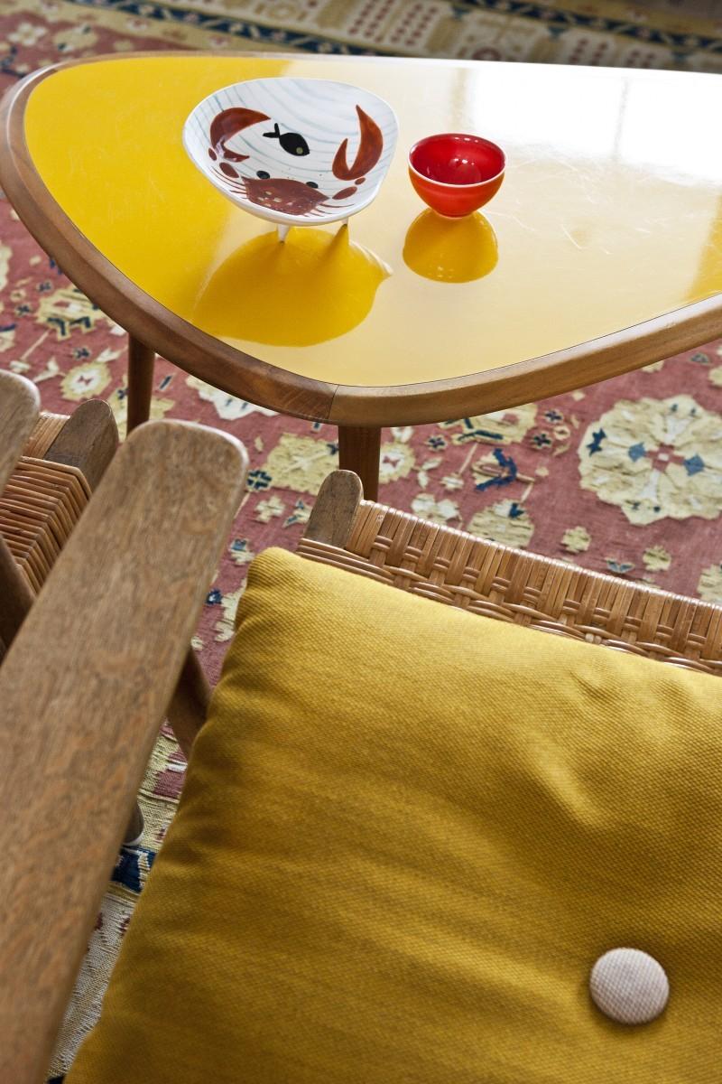 Eine Schale aus dem französischen Vallauris und ein japanisches Sakeschälchen machen auf dem Couchtisch eine gute Figur