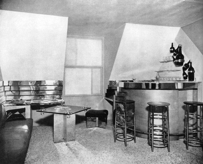 En 1927, Charlotte Perriand est acclamée pour ce bar et cet espace qu'elle installe dans son propre appartement et qu'elle présentera ensuite au Salon d'Automne de Paris