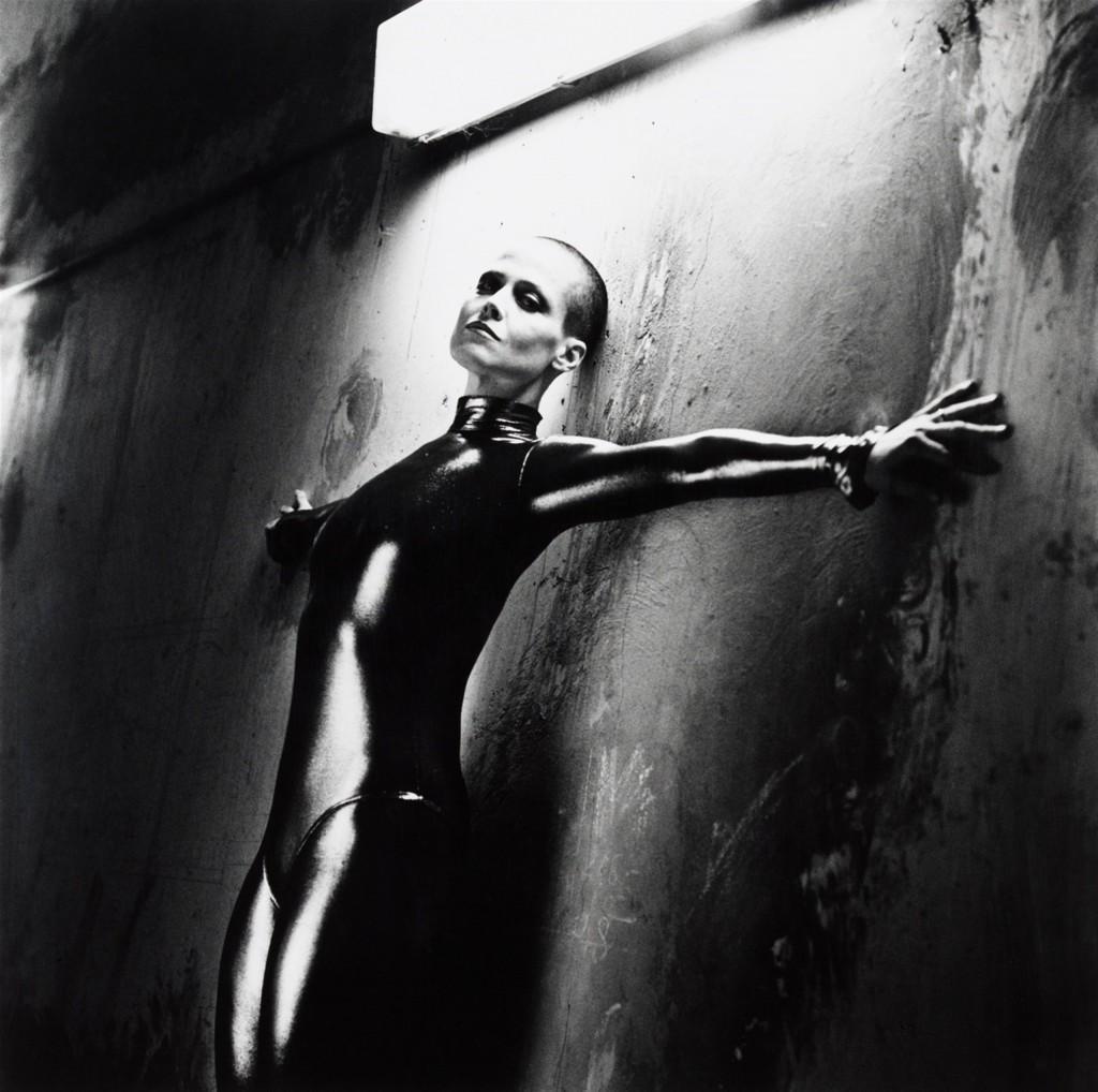 HELMUT NEWTON (Berlin 1920 - 2004 Los Angeles) - Sigourney Weaver in Alien III, Monte Carlo, 2/10, Silbergelatineabzug, betitelt und datiert, 1991 Schätzpreis: 8.000-10.000 EUR