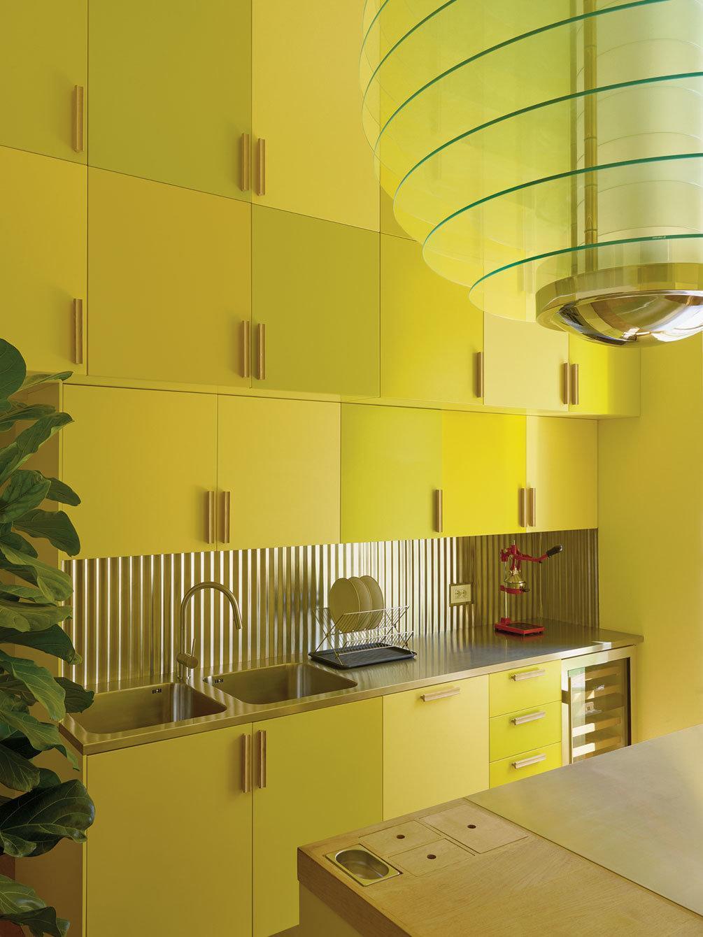 Den gula färgen är genomgående i köket. Foto: Henry Bourne