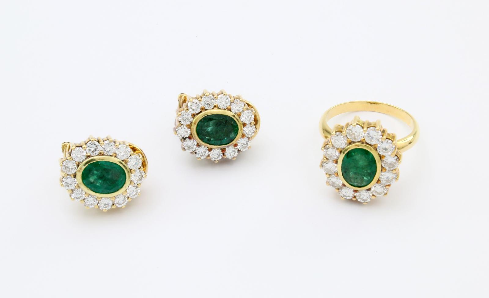 Paar Ohrringe mit passendem Ring aus Gelbgold mit Smaragden und Brillanten (zus. ca. 4,5 ct)