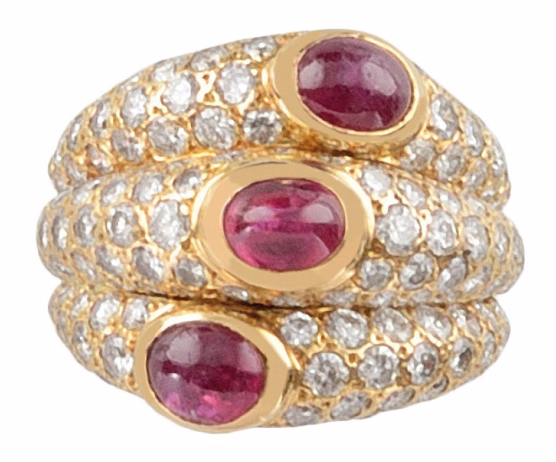 Cartier Bague en or jaune, diamants et trois rubis taillés en cabochon de taille ovale Image via Osenat