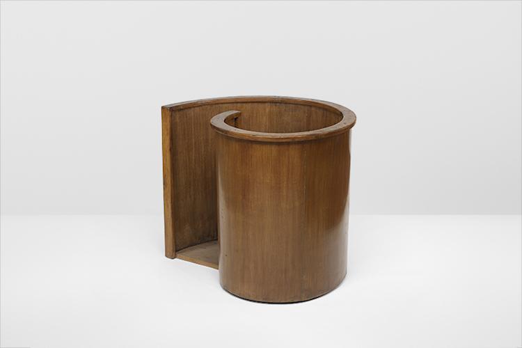 Ytterligare en möbel från Högsta Domstolen i Chandigarh - det enda kända båset för den åtalade som man känner till finns kvar. Formgivare är Le Corbusier och det är nästan så att man hade velat vara kriminell på den tiden...Utrop för 100-150 000 dollar