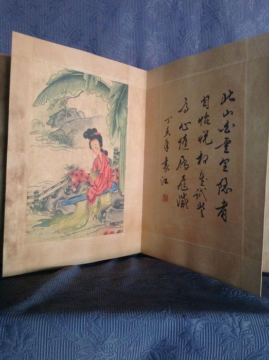 Bok med illustrationer i vattenfärg i ett häfte, med ett porträtt av Kinas första president SunZhongshan. Kina, 1900-tal. Slutpris: 52 200 kronor.