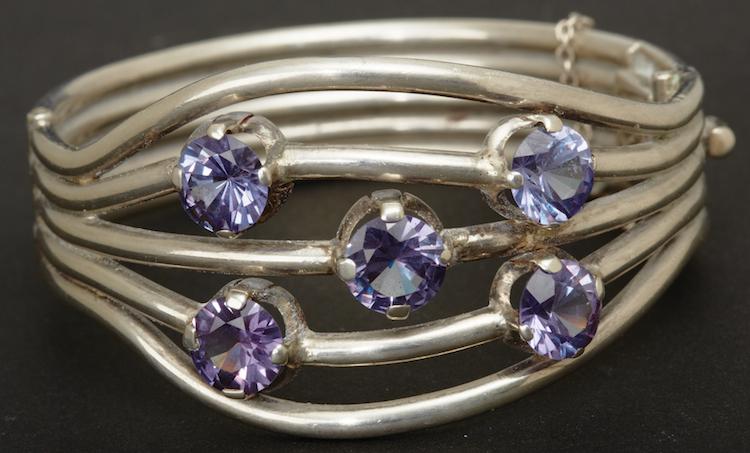 ARMBAND. Armband Sterling silver. Besatt med lila stenar, Ø ca 1cm. Mexico. Ø 6. Utropspris 1 000 SEK, Uppsala auktionskammare