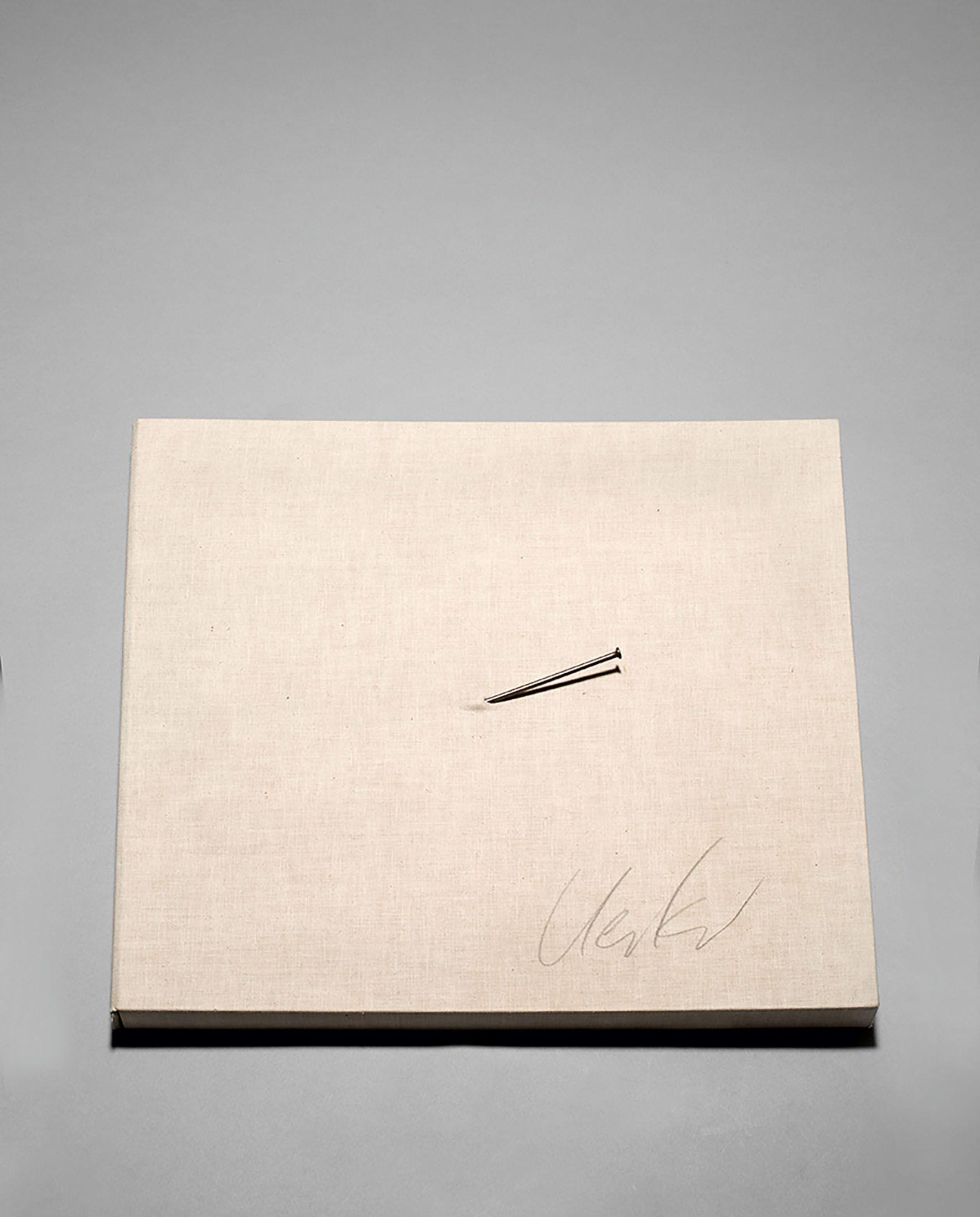 GÜNTHER UECKER (*1930 Wendorf) - UECKER, Nagel auf Original-Leinenkassette mit 2 Radierungen, Prägedruck und 2 Lithografien, jeweils auf Velin bzw. Papier, und Katalog, signiert, 1970