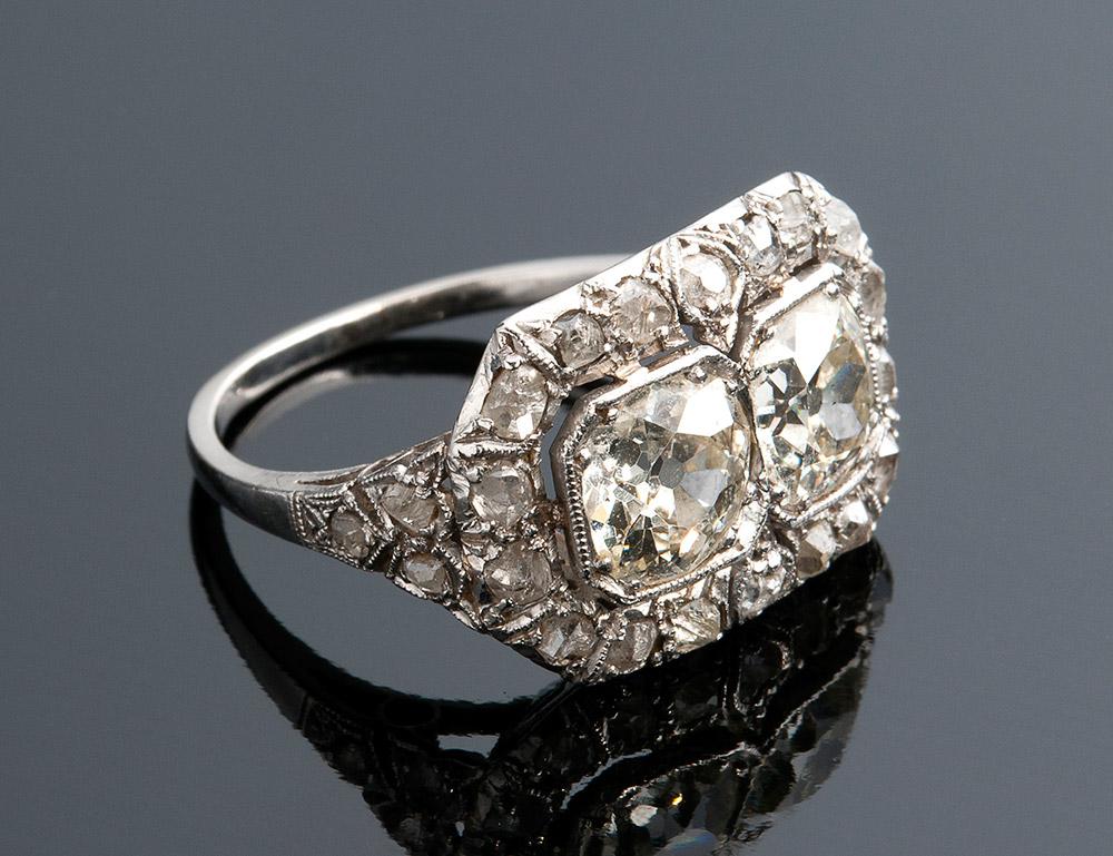 Ring aus Platin mit 2 Altschliffdiamanten sowie Diamanten im Rosenschliff, 1920er Jahre Schätzpreis: 5.000-6.000 EUR Ausrufpreis: 2.200 EUR