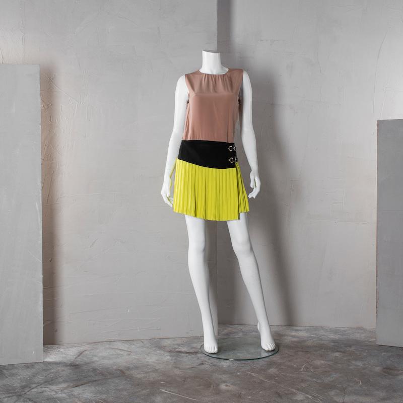 """Gucci, italiensk storlek 38. Sidenklänning i beige, svart och limegrön. Detaljer i läder och guldfärgat metall. Etikettmärkt """"Gucci made in Italy"""". På auktion hos Bukowskis market den 16 mars."""