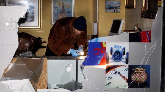 Un policier enquête sur le vol de la lithographie le 12 novembre 2009 à Oslo (Norvège) Image: LISE AASERUD / SCANPIX NORWAY / AFP