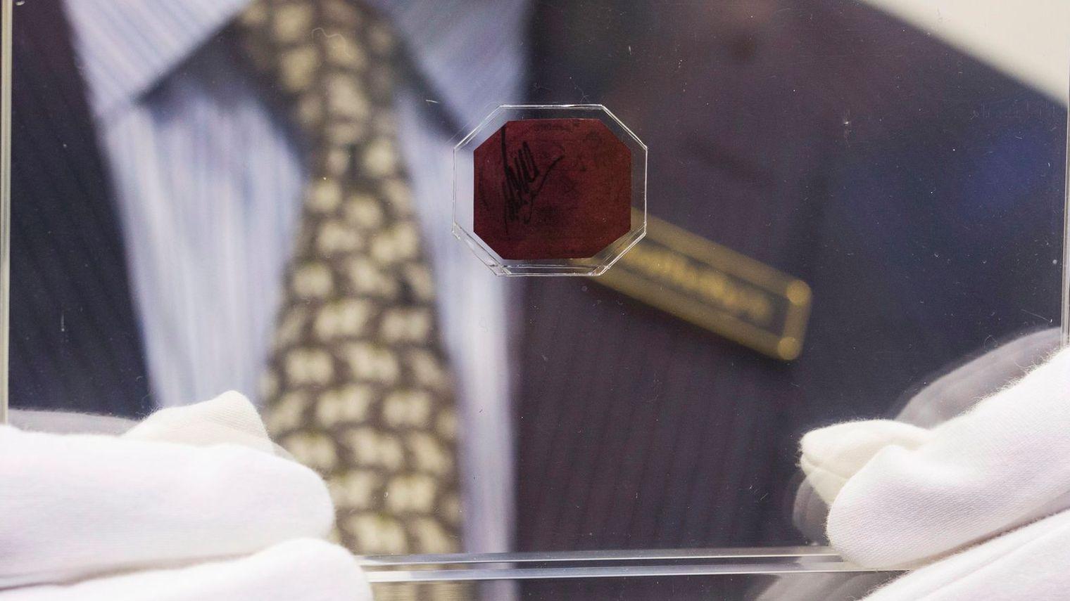 Imprimé en 1856, ce minuscule octogone d'environ 2 centimètres de côté est le timbre le plus cher de l'histoire de la philatélie Image: REUTERS/Tyrone Siu