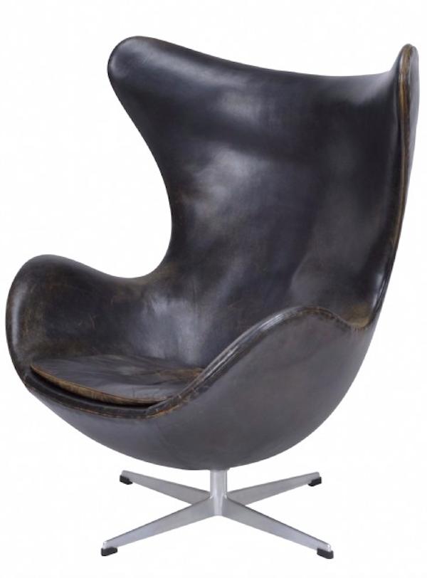 """Skinklädda """"Ägget"""" av Arne Jacobsen på fyrdelad fot av aluminium från 1960-talet ropas ut för 20 000 kronor hos Crafoord Auktioner"""