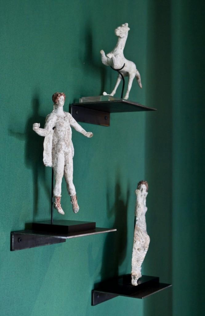 Sculptures antiques sur le mur de la salle à manger