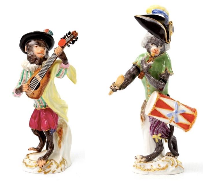 """Links: """"Affe als Gitarrist"""" Rechts: """"Affe als Trommler"""" Beide 20. Jh."""