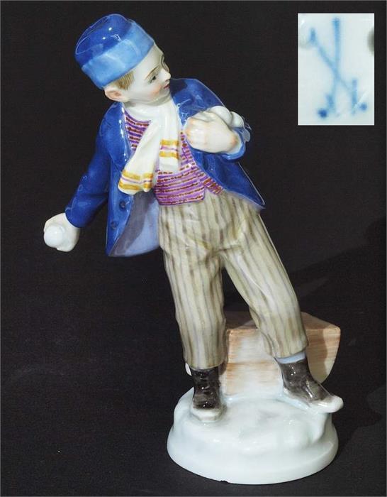 MEISSEN - Schneeballwerfer, Modell von Alfred König, H: ca. 13 cm, um 1900 Mindestpreis: 500 EUR