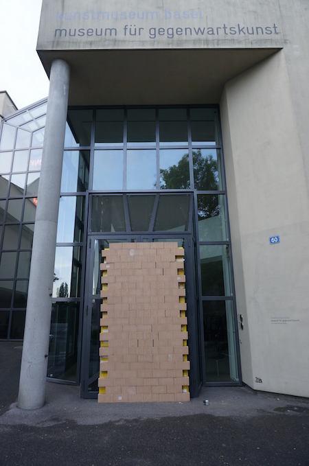 La porte d'entrée murée du Musée d'archéologie de Bâle. Image via Atopie (Facebook)