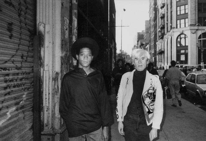 Basquiat tillsammans med Andy Warhol i New York, år 1985. Foto via Sleek Magazine.