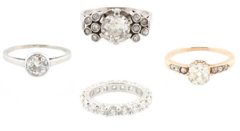 Links: Solitärring, Platin, Altschliffdiamant (ca. 1,10 ct) Oben: Ring, Platin, Diamanten (zus. ca. 1,70 ct) Rechts: Ring, Roségold, Altschliffdiamanten (zus. ca. 1,40 ct), um 1900 Unten: Memoryring, Weißgold, Brillanten (zus. ca. 2,10 ct)