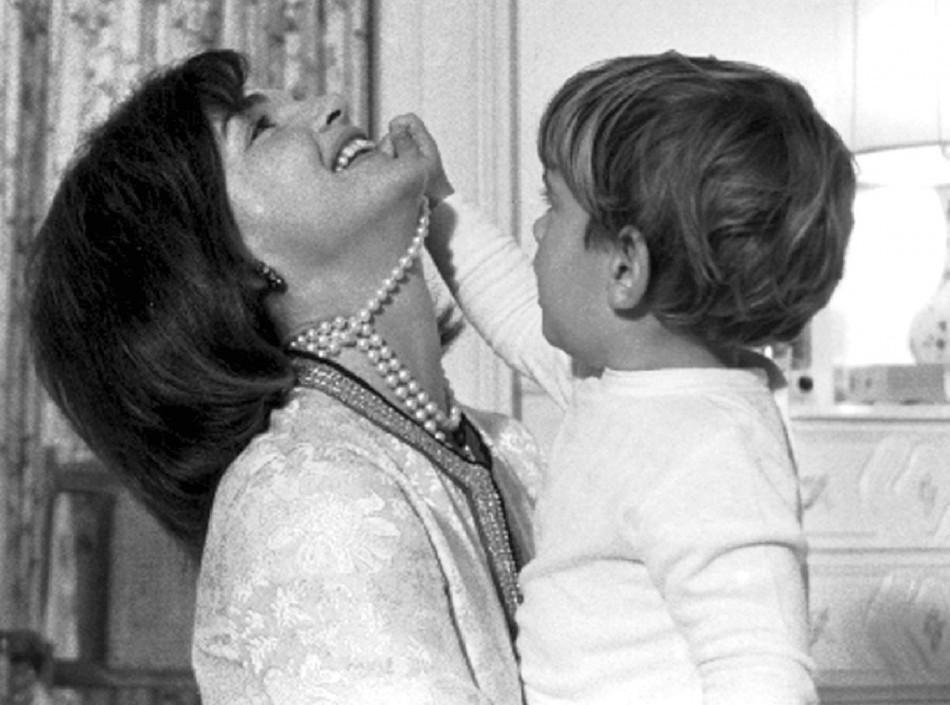 Jacqueline Kennedy et son fils John Kennedy Jr., août 1962 Image: Reuters