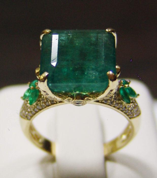Gelbgold-Ring mit Smaragden und Diamanten
