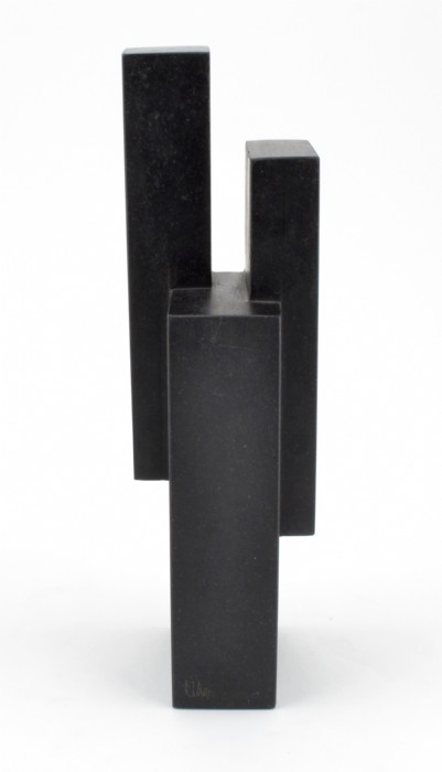 Från makarna Perssons samling. Skulptur - Wiwen Nilsson, 1897-1974 Geometrisk komposition. Signerad på två ställen. Diabas. Höjd 28 cm. Några mindre avslag och repor. Craaford Auktioner.
