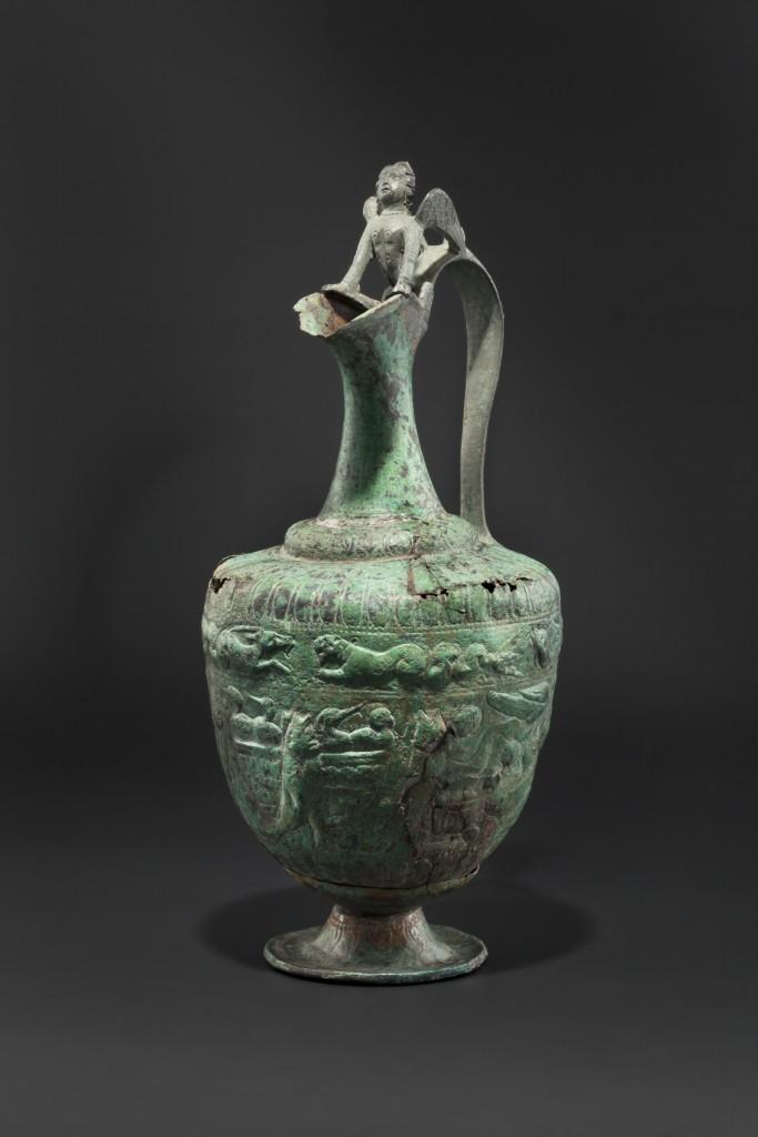 Bronskärl (200-300 e.Kr.) vackert smyckad med figurativa dekorationer. Utropspris: 18.000 EUR