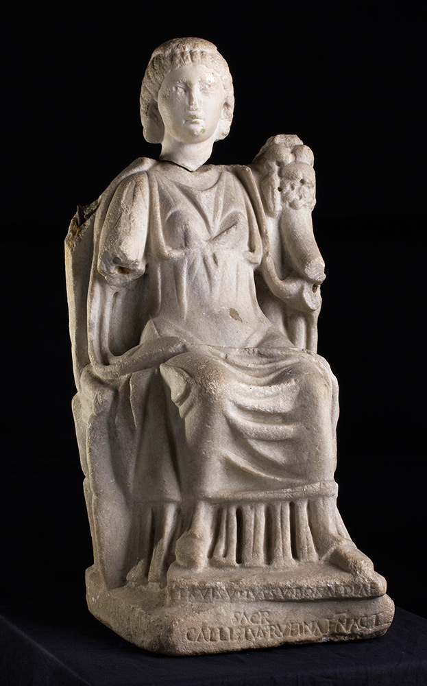 La Bona Dea, Statuette aus weißem Marmor, 45,6x19 cm, Mitte 3. Jh. v. Chr. Schätzpreis: 20.000-25.000 EUR