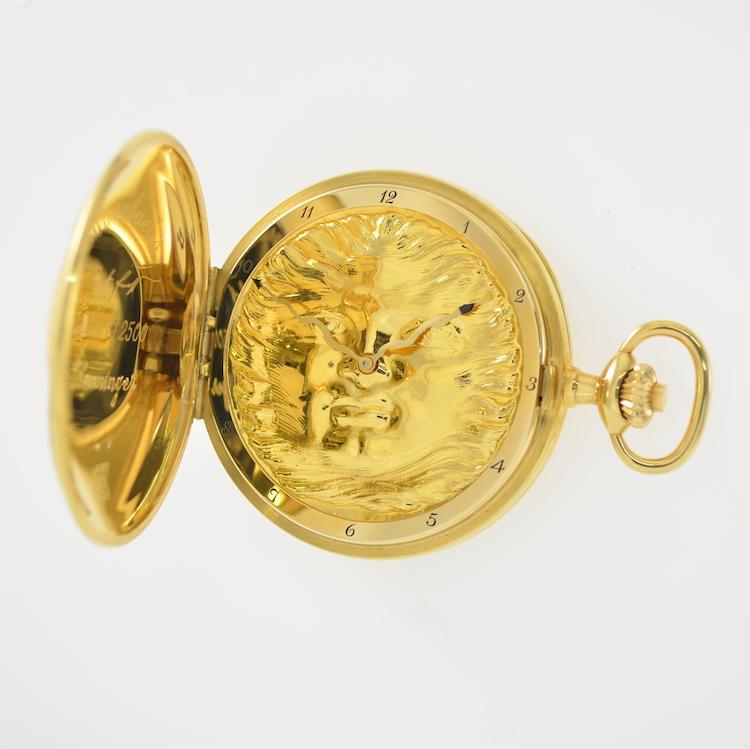 """IWC Savonette Ein weiteres Mal wird das Prädikat """"sammelwürdig"""" verliehen! Denn auch sie ist ein limitiertes Sondermodell (2500 Exemplare). Designed von Prof. Ernst Fuchs trägt es den Namen Scarabäus. Selbiger ist im Zentrum des Sprungdeckels als Halbplastik abgebildet. Die Rückseite des dreiteiligen Gehäuses aus Gelbgold zieren ein Stern und Monde. Das massivgoldene Ziffernblatt hat die Form einer Sonnenscheibe. Schätzpreis: 7.500-14.000 EUR. Henry's Auktionshaus"""