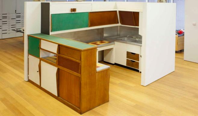 La cuisine modulable designée par Perriand en 1950 (et réalisée en 1952) pour l'Unité d'Habitation, exposé par une galerie au Musée d'Art moderne en 2013 Image via Architizer