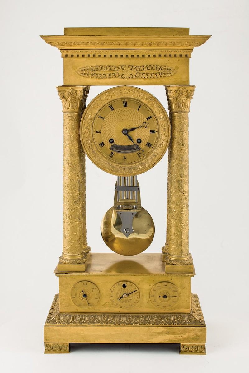 Reloj Imperio de sobremesa francés en bronce dorado, datable hacia 1810-15