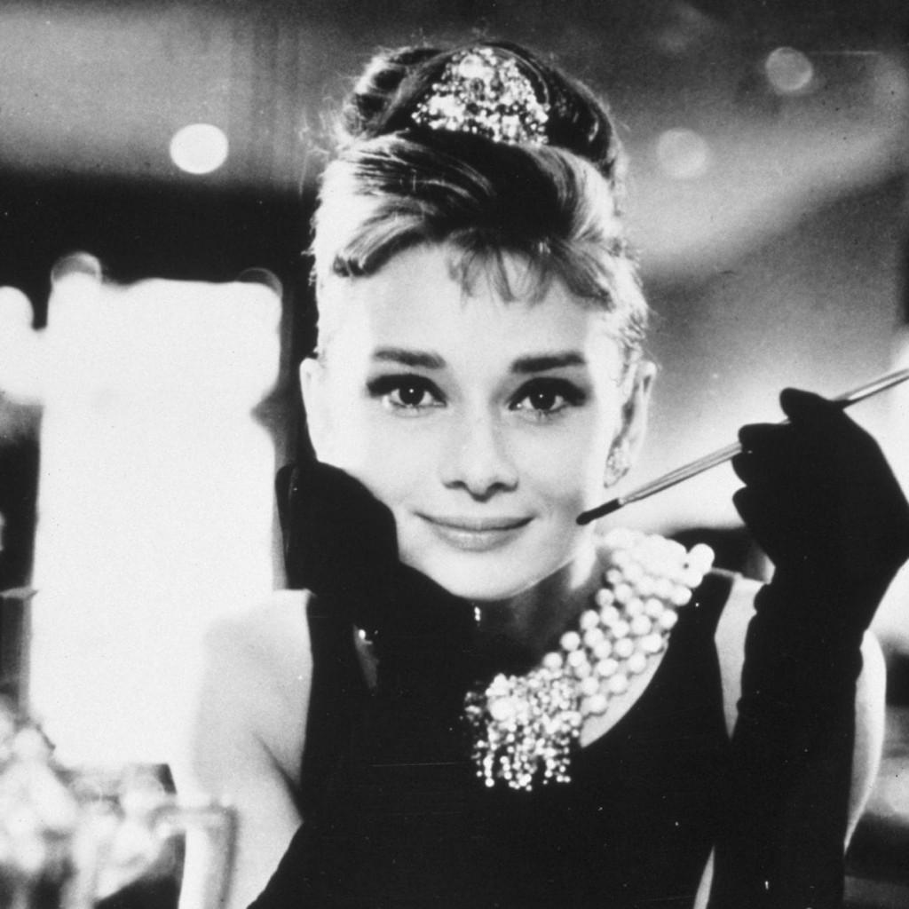 佩戴珍珠項鍊的奧黛麗赫本