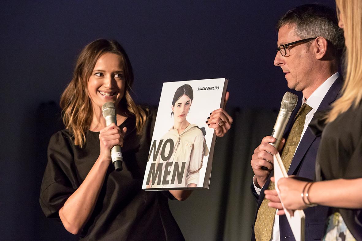 Hasselbladstiftelsen och Dragana Vujanovic Östlind har producerat en fantastisk bok om vinnaren av Hasselblad Award 2017. På scen tillsammans med Duncan Forbes, ordförande i juryn som valde årets pristagare