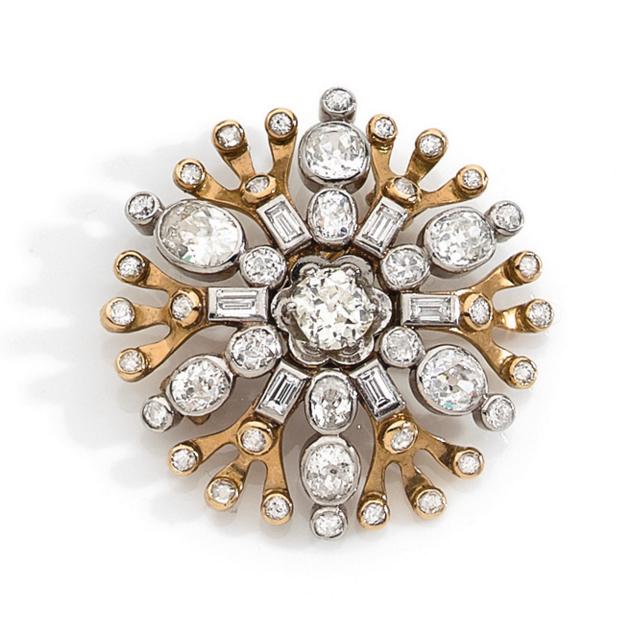 René Boivin Cristal de neige Broche en platine et or jaune figurant un flocon, centrée d'un diamant de taille ancienne