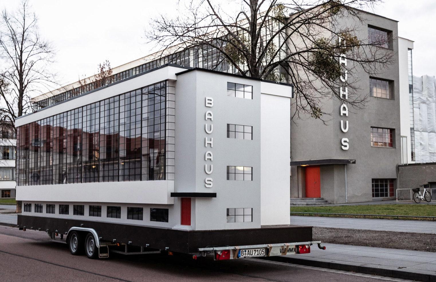 Bauhausbussen utanför Bauhaus i Dessau . Foto: Van Bo Le-Mentzel