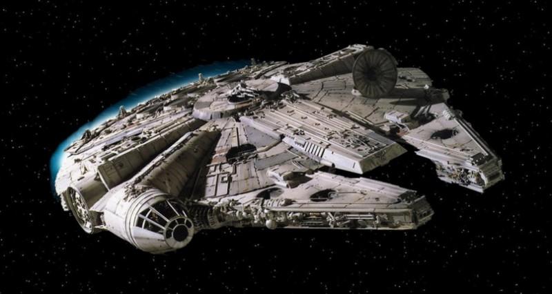 Millennium Falcon, rymdfarkosten som förekommer i Mörkrets hämnd, Stjärnornas krig, Rymdimperiet slår tillbaka, Jedins återkomst, Star Wars: The Force Awakens.