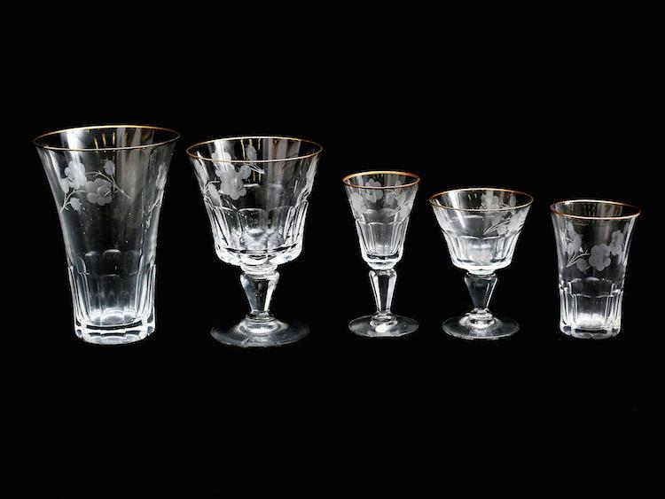Glasservis 51 delar, Kosta, slipad och etsad dekor av blommor, guldkant, etikettmärkta (ett snapsglas med nagg). Utropspris: 1 000 SEK. Auktionskammaren i Vätterbygden.