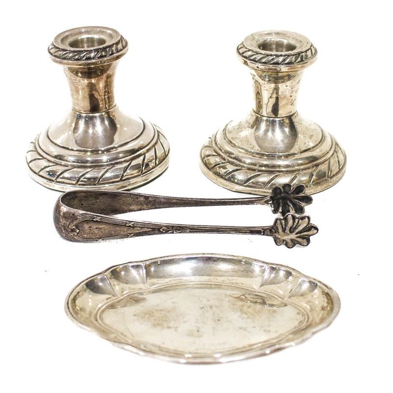 Lote de plata compuesto por dos candeleros, pinzas y una bandeja