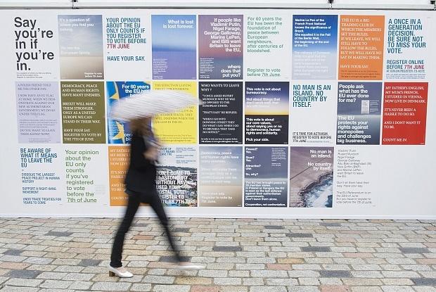 Wolfgang Tillmans installation, Between Bridges, vid öppnandet av Photo London, 2016 förra månaden.