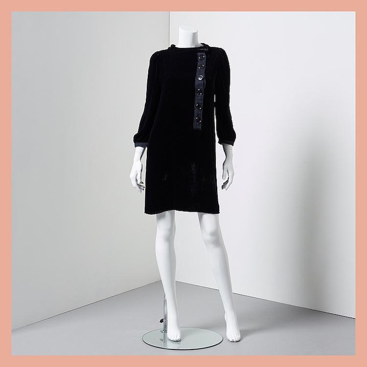 Den svarta sammetsklänningen från Cacharel med lång ärm ropas ut för 1 800 kronor på Bukowskis Market