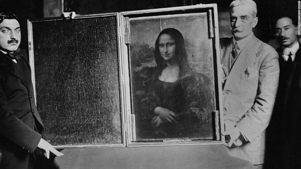 Deux hommes portent la Joconde leur de son retour au Louvre en 1914 Image via CNN