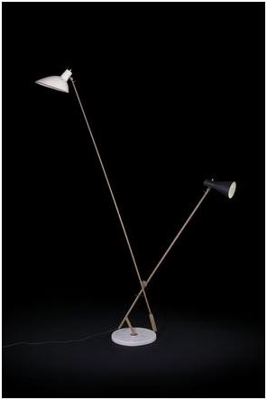 Vittoriano Viganò. Golvlampa model 1049, i polerad mässing, aluminiumreflektorer och målad marmorbas. Utrop: 92 600 SEK Cambi