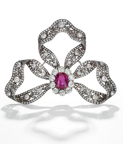 Broche en rubis et diamants, vers 1905, cadeau de l'archiduc Friedrich d'Autriche, estimation 200 000 - 300 000 dollars, image ©Sotheby's
