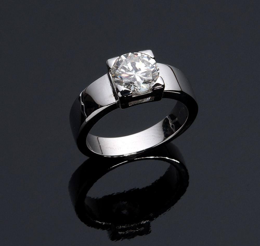 Ring aus Weißgold mit einzelnem Brillant (1,94 ct), CESARE ZANNETTI, Rom 1990er Jahre Schätzpreis: 11.000-14.000 EUR Ausrufpreis: 5.000 EUR