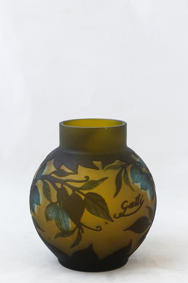 Emile Gallé, vas, jugend, Frankrike. Överfång i gröna och blåa toner mot gul fond. Höjd 14,5 cm. Signerad Gallé. Nagg. Utrop: 2.000 Sek. Auktionsbyrån Effecta