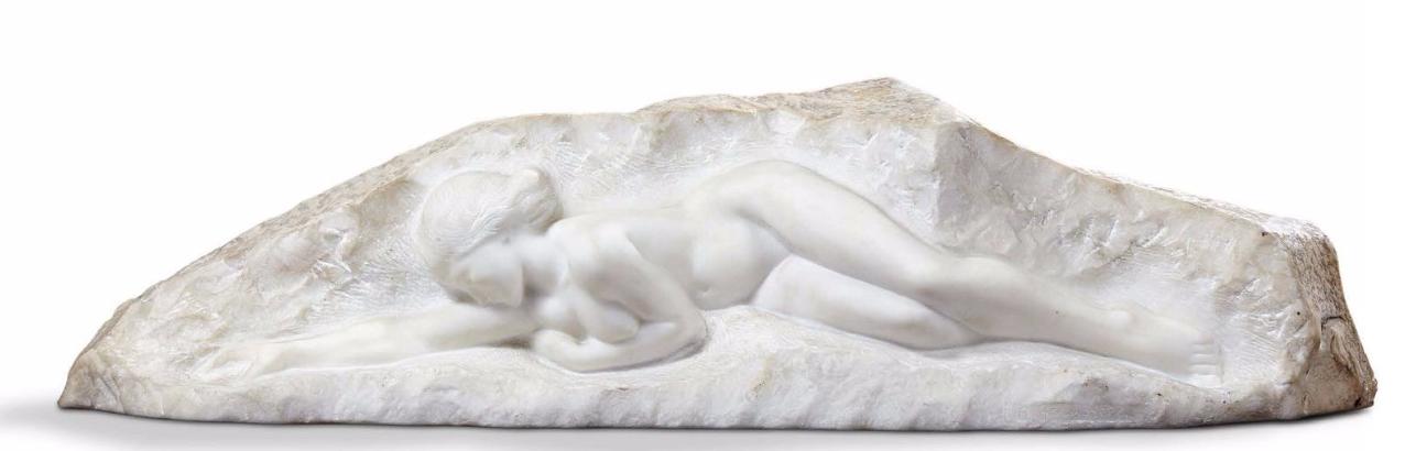 """Amedeo Gennarelli Sculpture en taille directe sur marbre blanc de Carrare figurant une femme nue allongée. Signée """"A.Gennarelli"""". Vers 1930 Aguttes"""